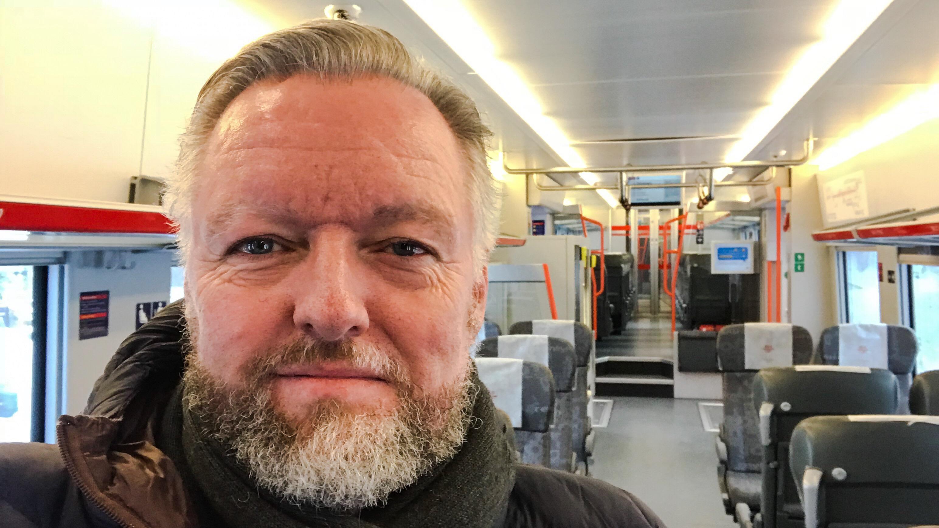 FRISK. Kroppen spiller meg noen puss, men legen sier jeg er frisk. Og, ja, enda et bilde på toget, etter sykehus og frisør. Foto: Selfie.
